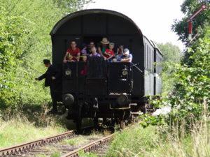 Ein Zug bei der Fahrt Richtung Grillplatz