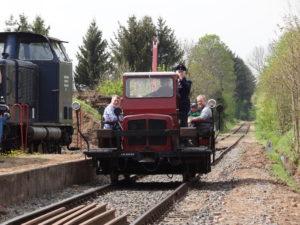 """Der SKL """"Rottenkraftwagen"""" bei der Einfahrt in den Bahnhof"""
