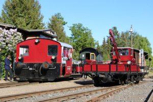 Bahnhofsfestatmosphäre im Frühjahr: Köf II, Café-Wagen und SKL sonnen sich und warten auf die ersten Besucher