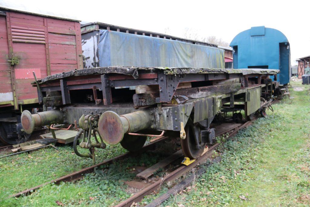Flachwagen aus ehem. G02 Hannover mit aufgelegtem Dach des ehem. GW55