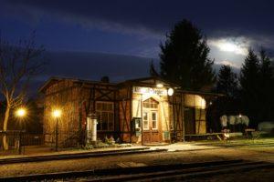 Das Bahnhofsgebäude bei Nacht, Frühjahr 2020, Foto: Oliver Schaer