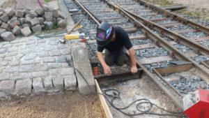 Ein Schienenstück bildet den Abschluss des auszupflasternden Faches, September 2016